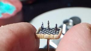 Mikro heykeltıraştan mercimek büyüklüğünde satranç takımı