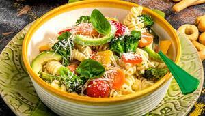 Çocuklar için besleyici makarna salatası tarifi