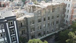 Beyoğlunda tarihi binanın duvarı çöktü: 3 yaralı