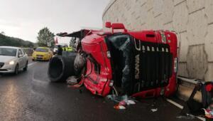 Karabükte demir yüklü TIR devrildi, sürücü yaralandı