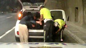 Engellinin patlayan otomobil lastiğini değiştiren polis: Asli görevimizi yaptık