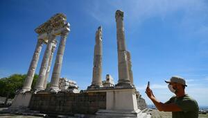 UNESCO Dünya Kültür Miras Listesinde yer alan Bergama ziyaretçilerini kontrollü ağırlıyor
