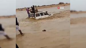 Sudanda bir araç sel sularına böyle kapıldı 3 kişi hayatını kaybetti