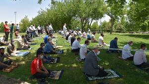 Nevruz Parkta sosyal mesafeli cuma namazı