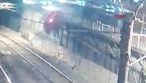 Bakırköyde kontrolden çıkan otomobil, metro hattına düştü