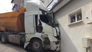 Freni boşalan hafriyat kamyonu binaya daldı