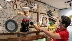Oyuncak müzesinin kahramanları maske taktı