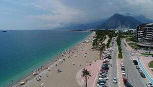 Dünyaca ünlü sahilde, sosyal mesafeli deniz keyfi