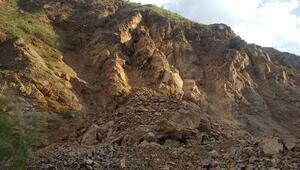 Artçı deprem sonrası meydana gelen heyelandan saniyelerle kurtuldular