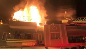 Marmariste çatı katında çıkan yangında iki ev zarar gördü