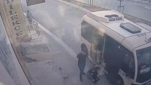 Gaziosmanpaşada kadının minibüsten düştüğü anlar kamerada