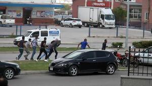 Korna çaldığı otomobildeki 7 kişinin saldırısına uğradı İşte o görüntüler...