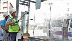 Aksaray Belediyesi, otobüs duraklarını  dezenfekte etti