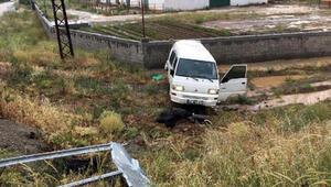Tarım işçilerini taşıyan minibüs kamyonla çarpıştı: 1 ölü, 7 yaralı