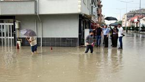 Boluda sağanak; evleri su bastı