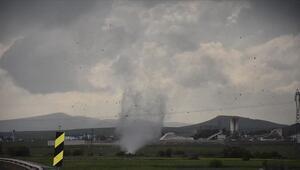 Karsta hortum ve şiddetli fırtına kamyoneti devirdi, çatıları uçurdu