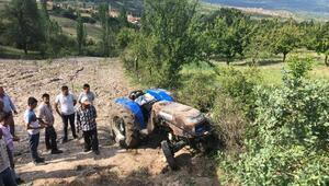 Sürücüsünün kontrolünden çıkan traktör tarlaya devrildi;1 yaralı
