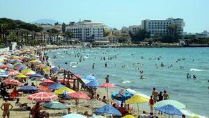 Kuşadasında plajlarda yoğunluk; sosyal mesafe kalmadı