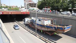 Tekne yüklü TIR, alt geçitten geçemedi
