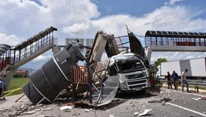 Çankırı'da TIRın çarptığı üst geçit çöktü