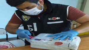 Kargoya verilen paketten kaçak cep telefonu ve sigara çıktı