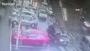 Esenyurtta çatıdan kopan parçalar araçların üzerine düştü
