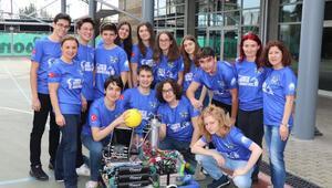 Alüminyum meşrubat kutulardan iskeletini yaptıkları robot şampiyonluk getirdi