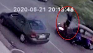 Kazada takla atan motosikletin sürücünü kaskı kurtardı