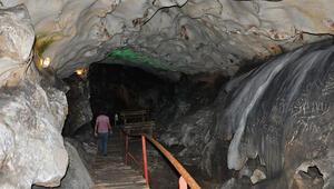 Yalan Dünya Mağarasının 5 milyon yıllık duvarlarını aşıklar tahrip etti