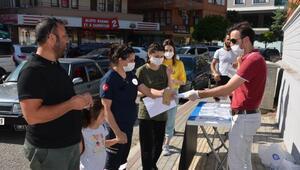 Büyükşehir, YKS sınavı öncesi su, maske ve kalem dağıttı
