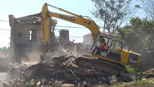 Silivride tehlike saçan metruk yapılar yıkıldı