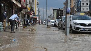 Yüksekovada aniden bastıran yağmur caddeleri gölete çevirdi