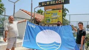 Plajda mavi bayrak sevinci