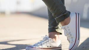 Beyaz spor ayakkabısı nasıl temizlenir