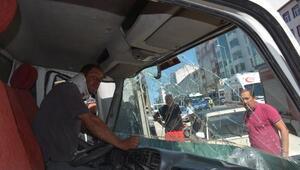 Rampada freni boşalan kamyonet üst geçide çarptı