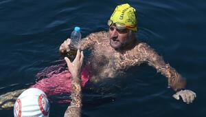 Milli yüzücü Emre Seven, Kabotaj Bayramı sebebiyle Kartaldan Yalovaya yüzüyor