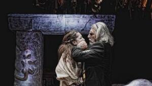 Sophokles'in Antigone oyunu sahnede