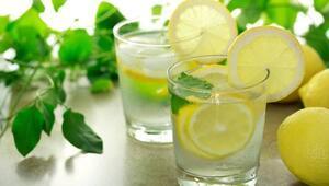 1-2 dilim limon, taze zencefil ve nane yaprağı