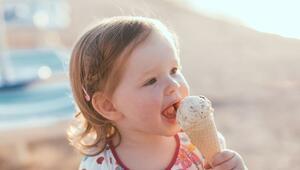 Çocuklar dondurmayı ağızda eriterek yemeli
