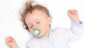 Bebeğinize uyurken yalancı emzik verin