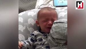Ağlayan bebeğin imdadına annesinin gömleği yetişti
