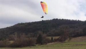 İniş yaparken paraşütü ağaca takılan sporcu, yaralandı