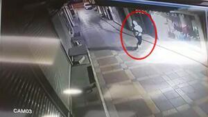 İzmirde, telefoncu dükkanına tüfekle saldırı kamerada