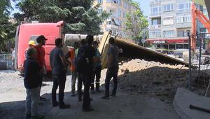 Bakırköyde hafriyat kamyonu devrildi