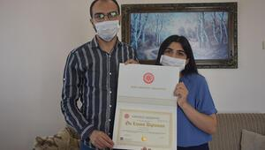 Rektör, lösemili Ahmetin diplomasını evinde teslim etti