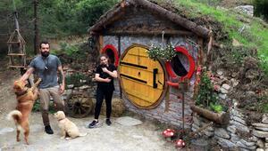 Salgın sürecinde kızına doğada Hobbit evi yaptı