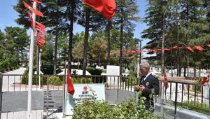 Göreve yeni başlayan Emniyet Müdürü Karataş, şehit Ömer Halisdemir'in kabrini ziyaret etti