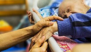 İngiltere'de bakımevlerinde 19 binden fazla yaşlı koronavirüsten öldü