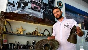 Berber salonunda antika eşyaları sergiliyor