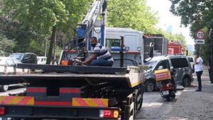 Sarıyerde kaza; önce ağaca ardından otobüs durağına çarptı